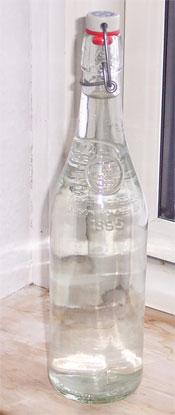 En flaske glasklar, drikkeklar postevand